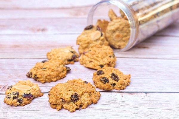 Crispy & Chewy Oatmeal Raisin Cookies